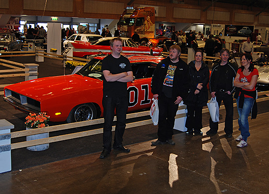 Nöjda medlemmar i Big Wheels Malung med Dukes of Hazards General Lee